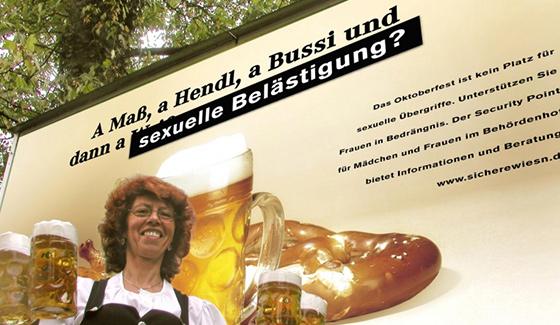 Frau mit Biergläsern vor Plakat