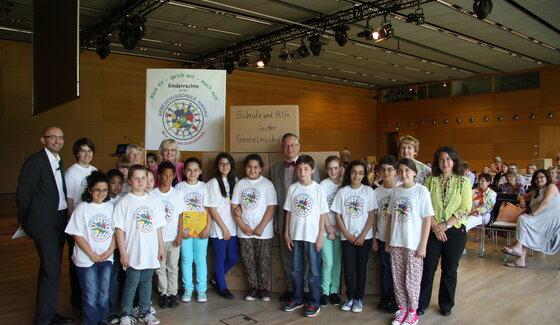 Kinder und Erwachsene bei einem Kinderschutzkongress