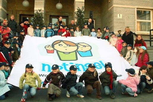 Gruppenbild mit Notinselbanner