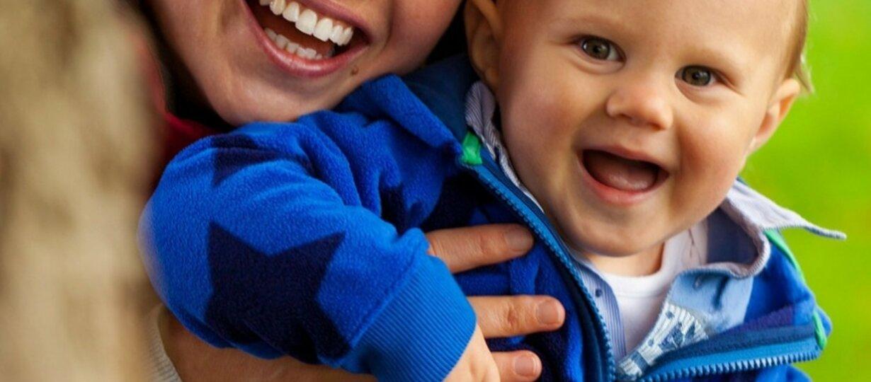Mutter mit ihrem Kind im Arm