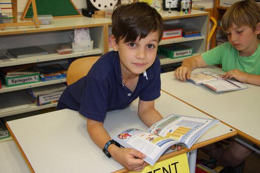 Kinder stöbern im Hausaufgabenheft