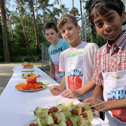 drei Jungs bereiten Dessert vor