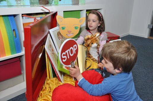 Kinder stöbern neugierig in der STARKE KINDER KISTE
