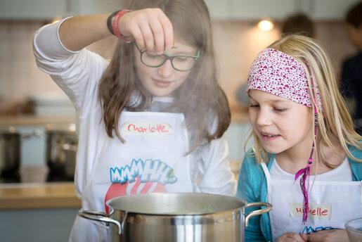 zwei Mädchen die etwas zubereiten