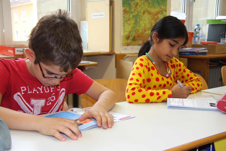 Schüler*inn tragen ihre Themen in die Hefte ein